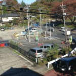 二階からすぐそばにバス停が見えます